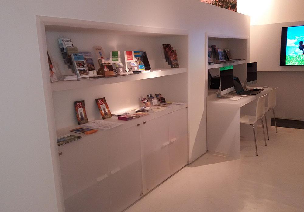 Allestimenti musei 0006 allestimento ufficio turistico for Allestimento ufficio