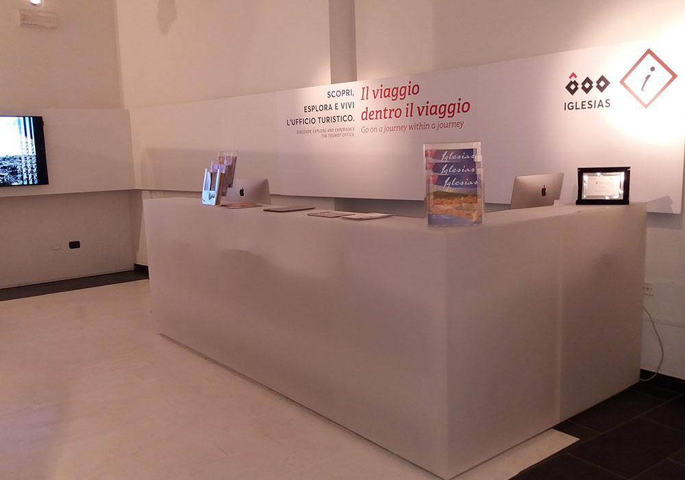 Allestimenti musei 0007 allestimento ufficio turistico for Allestimento ufficio