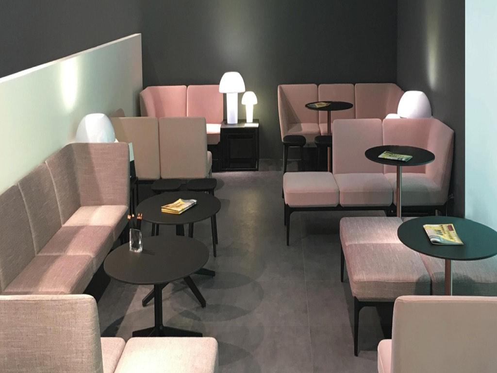 Tavoli sedie divano bar social neon europa cagliari sassari olbia