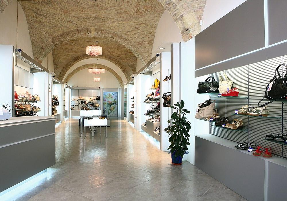 Arredo negozi 0039 arredamento negozio calzature for Negozi arredamento cagliari