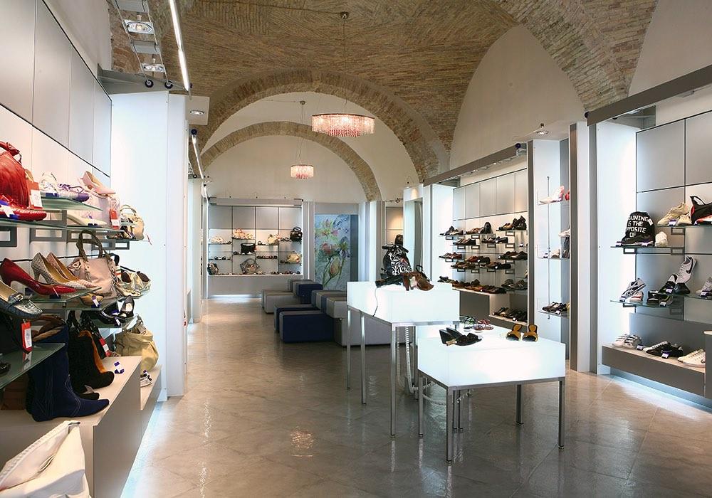Arredo negozi 0040 arredamento negozio calzature for Negozi arredamento cagliari