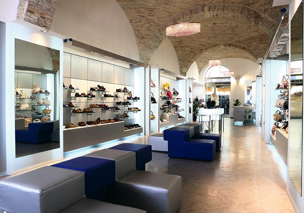 Arredo negozi 0041 arredamento negozio calzature for Negozi arredamento cagliari