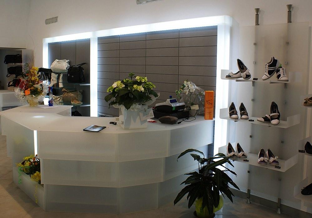 Arredo negozi 0042 arredamento negozio calzature saiu for Negozi arredamento cagliari