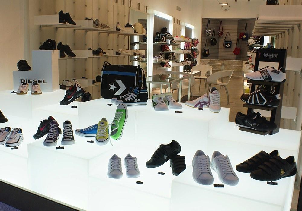 Arredo negozi 0043 arredamento negozio calzature saiu for Negozi arredamento cagliari