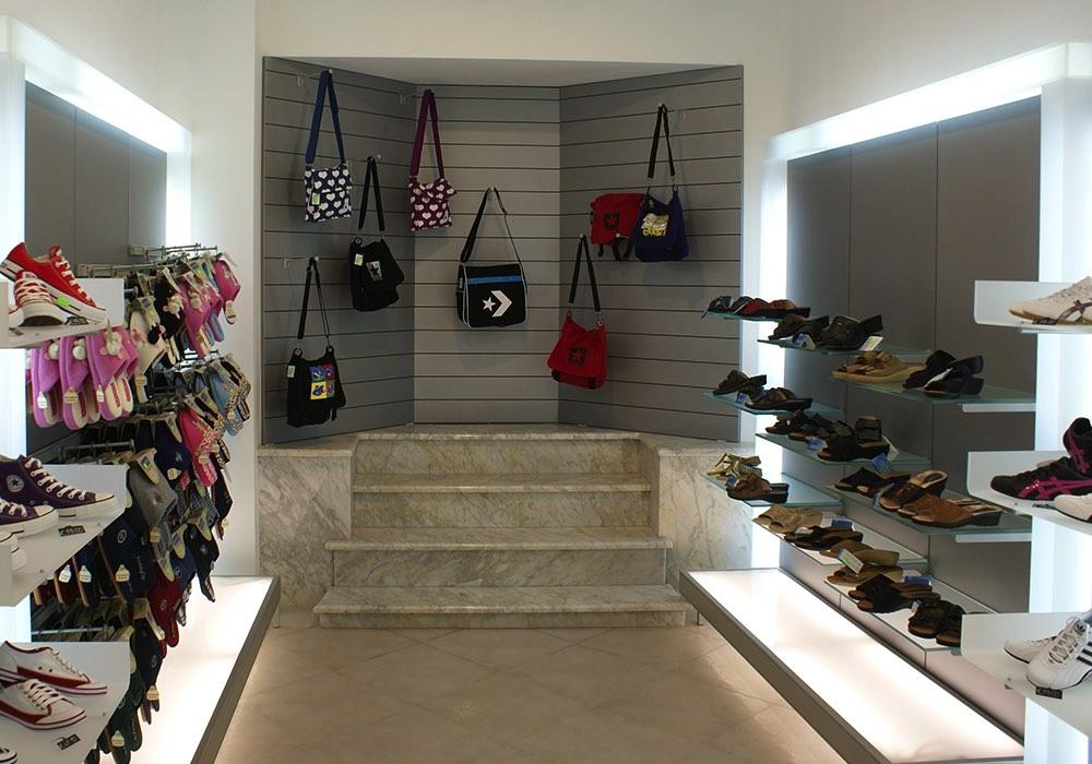 Arredo negozi 0044 arredamento negozio calzature saiu for Negozi arredamento cagliari