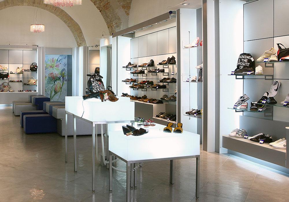 Arredo plexiglass 0008 arredamento negozio calzature for Plexiglass arredamento